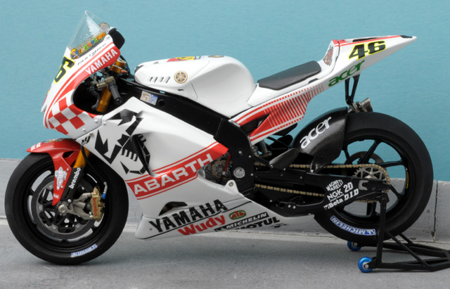 maquette moto 1/12 (hudson59640) - Page 2 MTK12-035_Yamaha_YZR_M1_Abarth_Philip_Island_2007-1