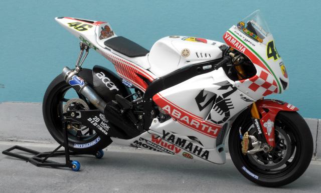 maquette moto 1/12 (hudson59640) - Page 2 MTK12-035_Yamaha_YZR_M1_Abarth_Philip_Island_2007-4