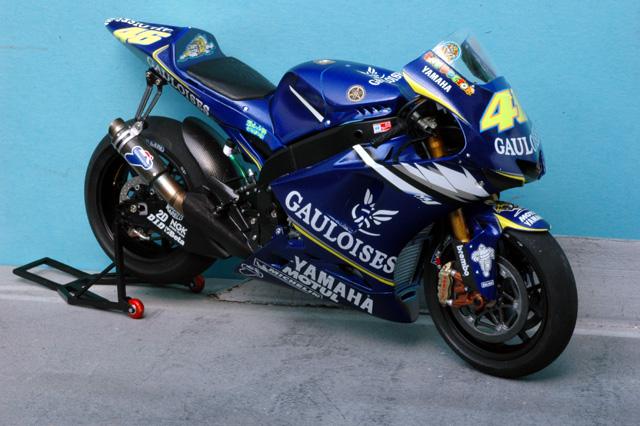 maquette moto 1/12 (hudson59640) MTk12-015_Yamaha_M1_2005_Rossi-1