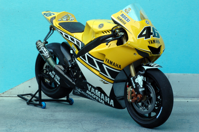 maquette moto 1/12 (hudson59640) Mtk12-017_Rossi_Laguna_Seca_2005-1